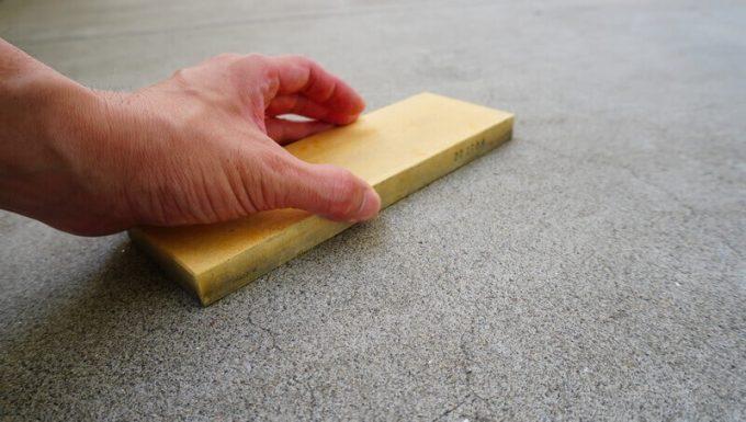 コンクリートで砥石の面直しをする