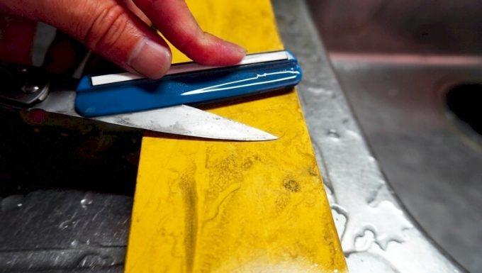 スーパートゲールを小型ナイフの刃先にセット