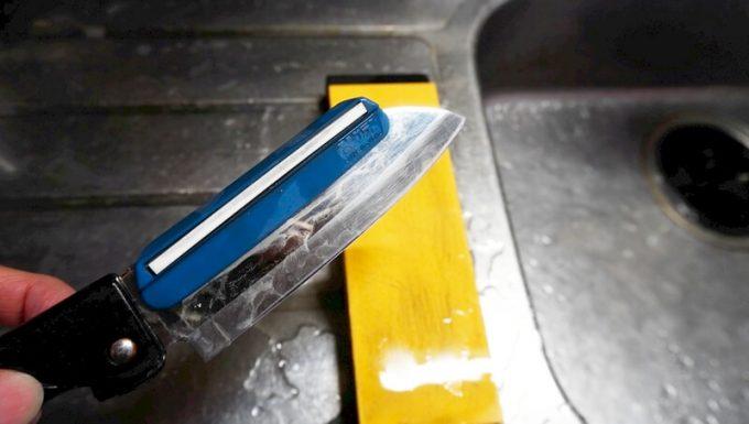 シャプトンの砥石「刃の黒幕」オレンジ中砥(1000)とスーパートゲールでステンレスの包丁を研ぐ