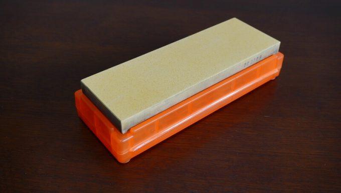 シャプトンの砥石「刃の黒幕」オレンジ中砥(1000)のケースを砥石台として使う