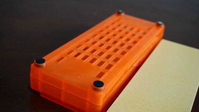 シャプトンの砥石「刃の黒幕」オレンジ中砥(1000)のケースの裏のゴム