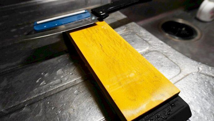 シャプトンの砥石「刃の黒幕」オレンジ中砥(1000)でステンレスの包丁を研ぐ
