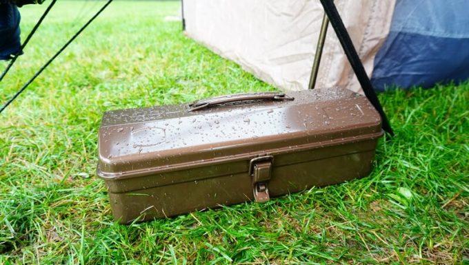 雨で濡れるスチール工具箱