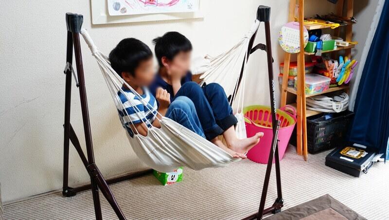 ハンモックチェアに子供2人