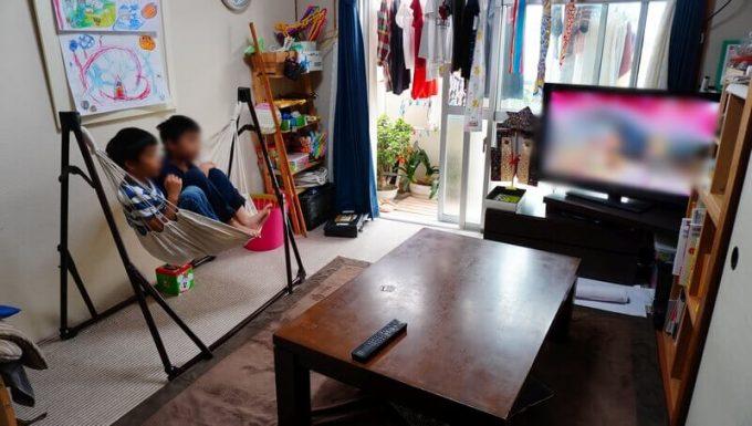ハンモックチェアに子供2人乗ってテレビ鑑賞