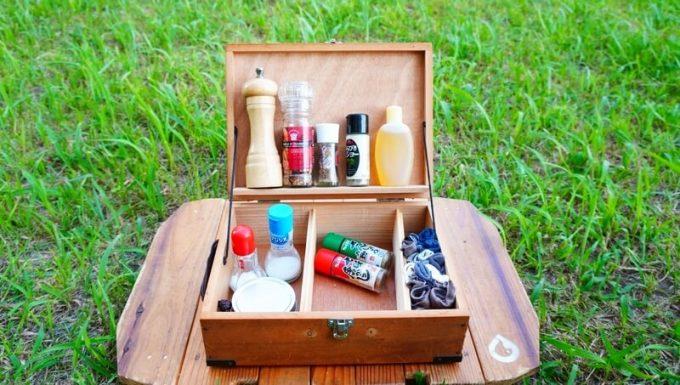キャンプ用自作スパイスボックスに調味料を並べる