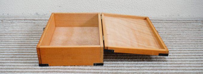 木箱のフタを開けた状態