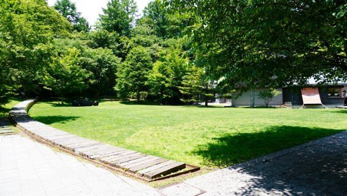 星野リゾート 村民食堂前の芝生