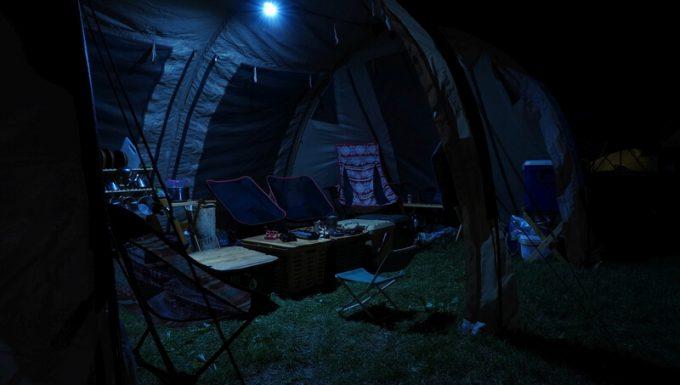 クレイモア キャップオン 40Bの明るさ 大型テント内 斜めから