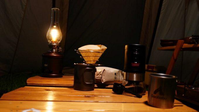 アラジン ランタンスピーカーの明かりでコーヒーを飲む