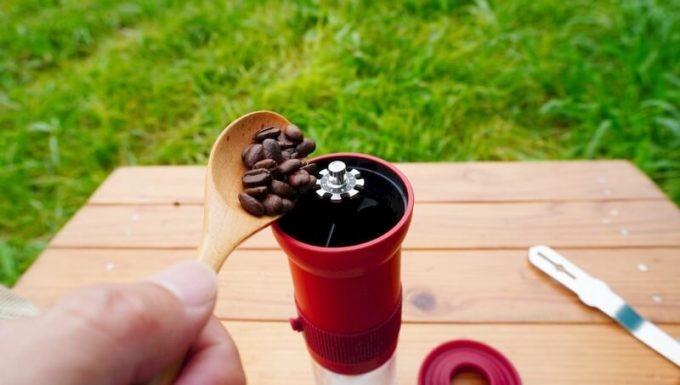 カフラーノのコーヒーミル(クラインダー)でコーヒーを淹れる1 豆をセット