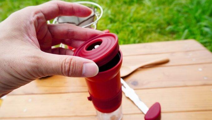 カフラーノのコーヒーミル(クラインダー)でコーヒーを淹れる2 蓋を付ける