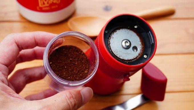 カフラーノのコーヒーミル(クラインダー)でコーヒーを淹れる5 粉受けを外す