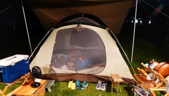 テントに扇風機を向ける