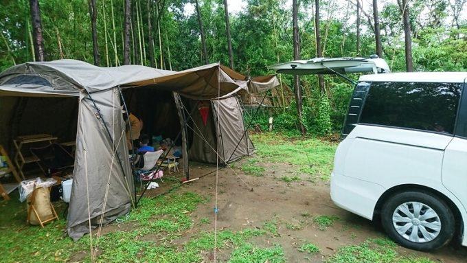 テントと車を連結して荷物を運ぶ