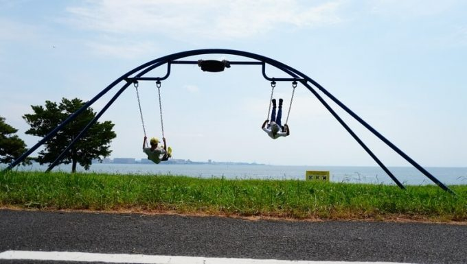 若洲公園でサイクリング ブランコで休憩