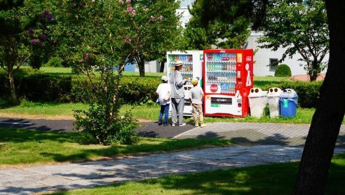 若洲公園でサイクリング 自動販売機で休憩