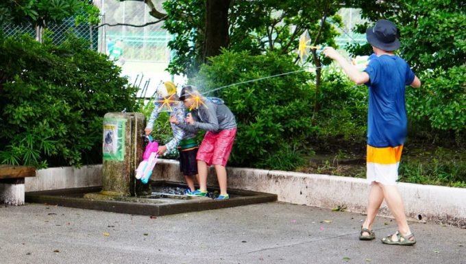 傘の水鉄砲で防御