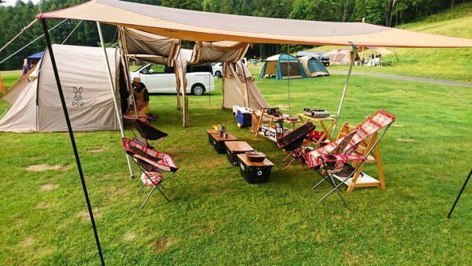 テントとタープで広いリビングスペースを作る
