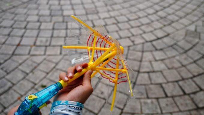 傘の水鉄砲を開く