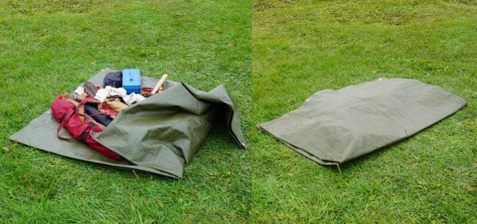 レジャーシートで荷物を雨から守る