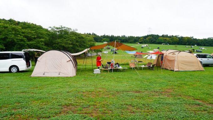 雨の日キャンプ 広いリビングスペース テントとタープを連結