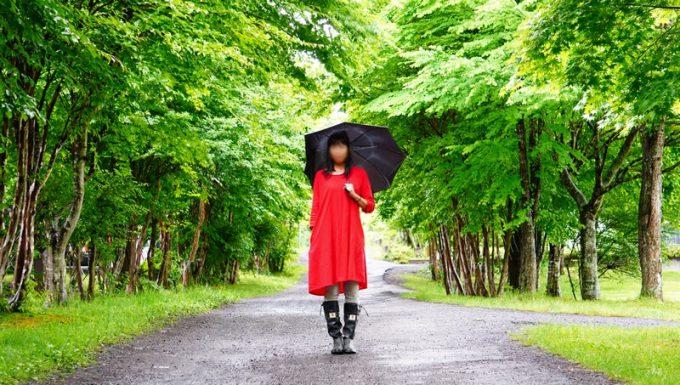 雨キャンプ女性服装長靴コーデ