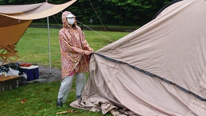 雨キャンプ女性服装レインポンチョで設営