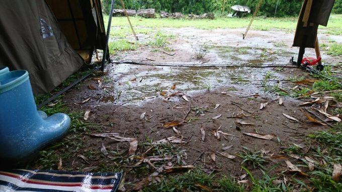 テントに流れてくる雨水