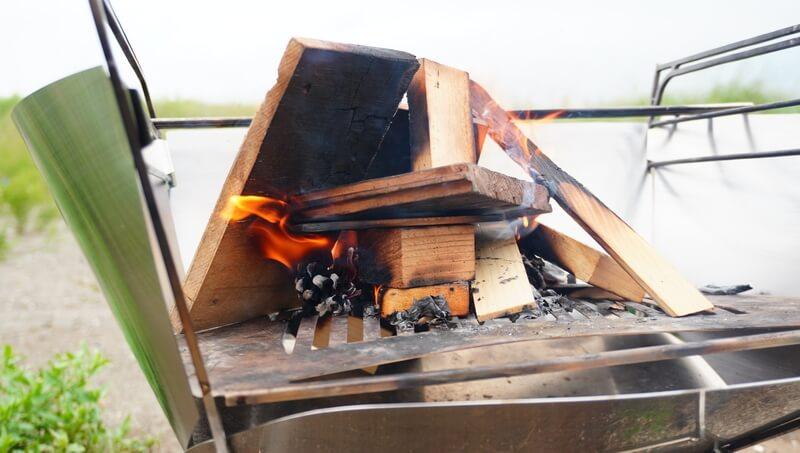 MAAGS焚火台ラプカに風防を取り付けると火起こしがしやすい