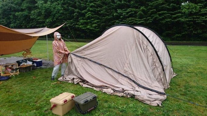 雨の中、大型テントを設営