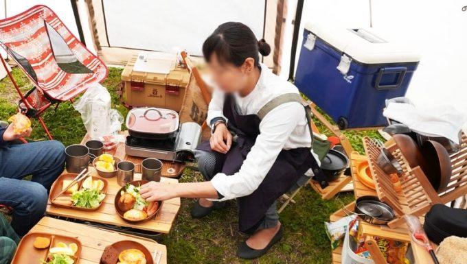 春キャンプ女性服装エプロン調理