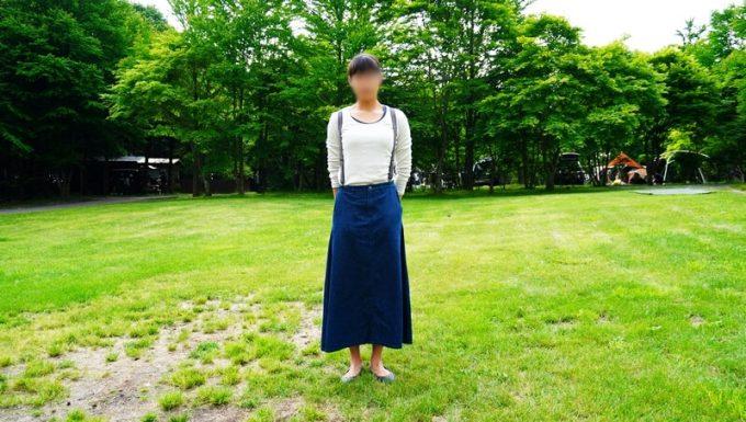 春キャンプ女性服装サスペンダーコーデ