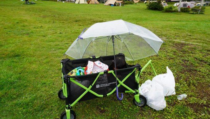 キャリーカートで雨宿り