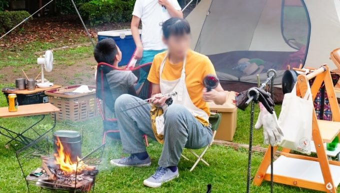 夏キャンプ女性服装エプロンで調理