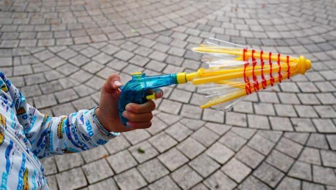 傘の水鉄砲を閉じた状態