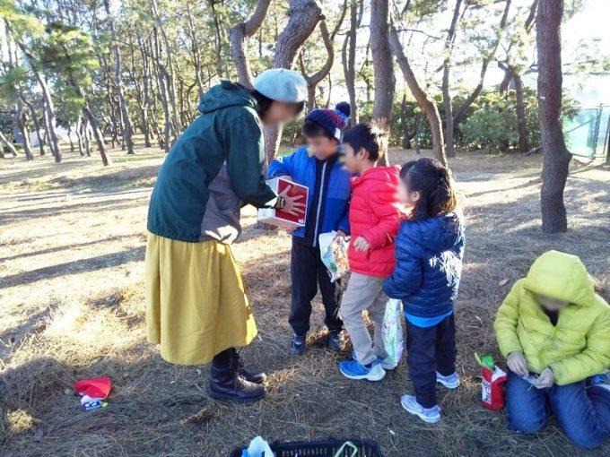 冬キャンプ女性服装ワンピースベレー帽
