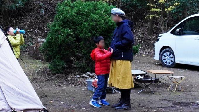 冬キャンプ女性服装ワンピース