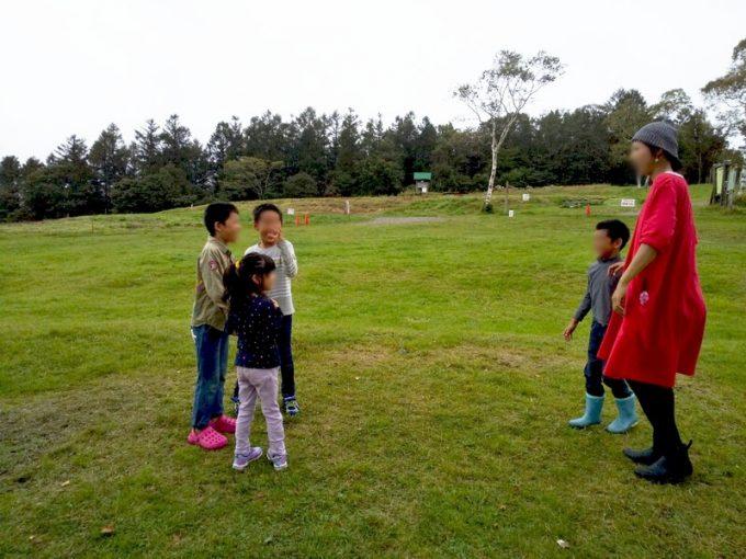 秋キャンプ女性服装チュニックとショートレインブーツ
