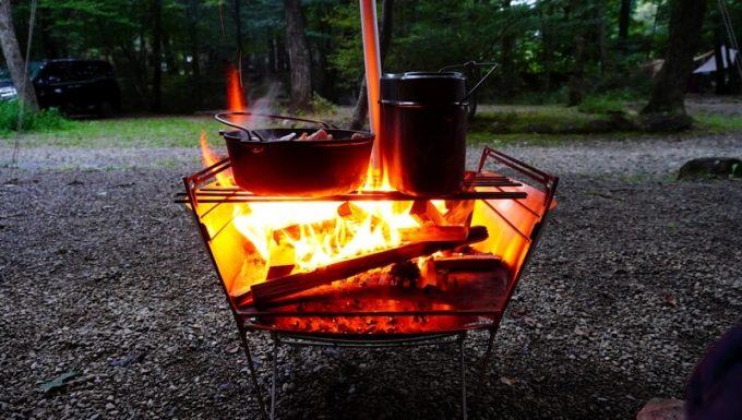 雨の日にタープの下で焚火調理