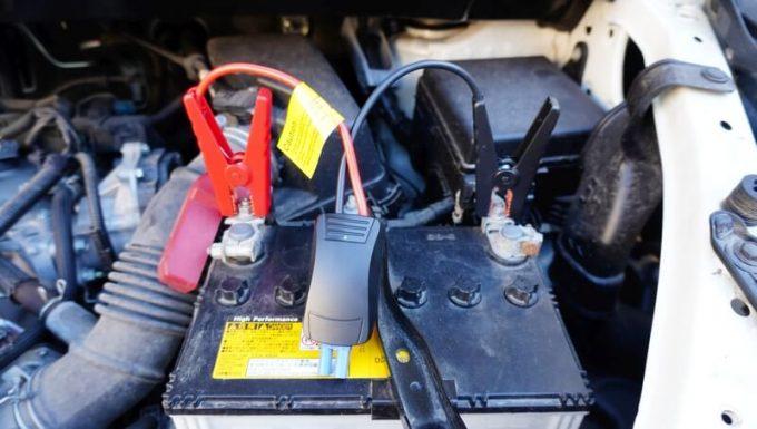 車のバッテリーにジャンプケーブルを接続