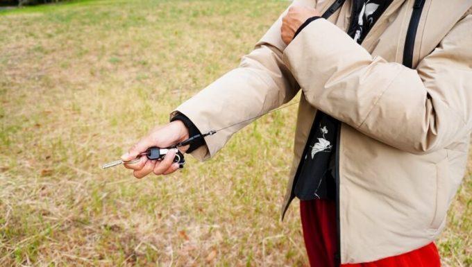 リロア ダウンジャケットのリールキーホルダーを伸ばす