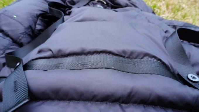 リロア ダウンジャケットのポケットの補強ベルト 背中部分