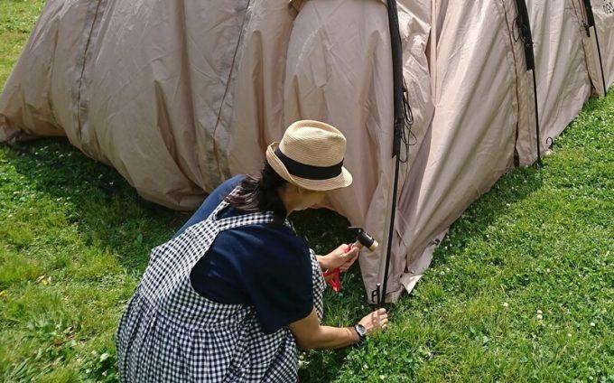夏キャンプ女性服装チェックのワンピース