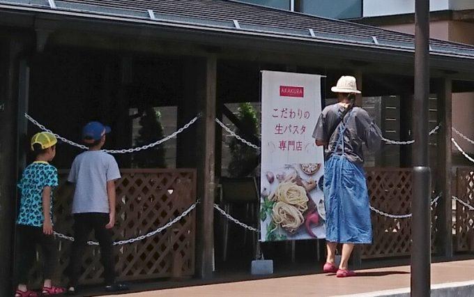 夏キャンプ女性服装サロペットワンピースデニム