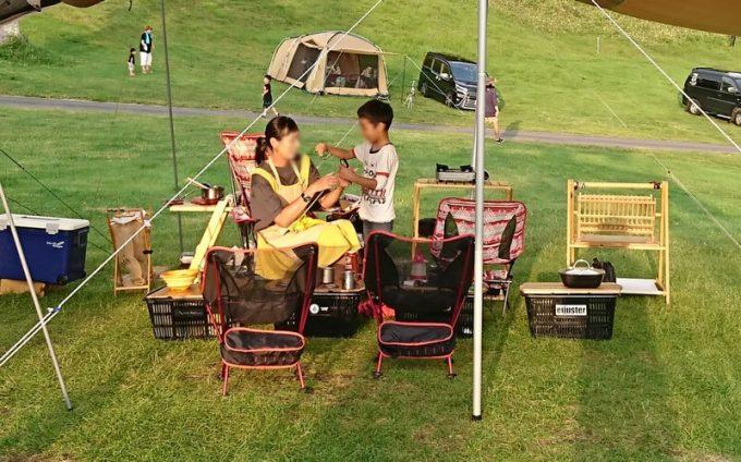 夏キャンプ女性服装黄色ワンピース