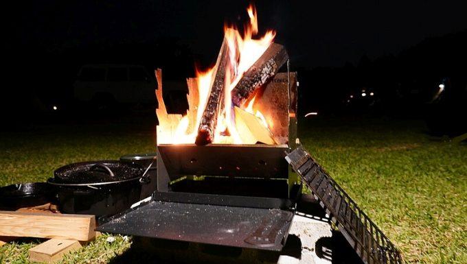 フェネック グリルで焚き火をする