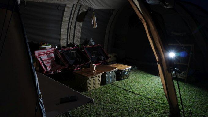 PhewMan500のLEDライトでテント内を照らす