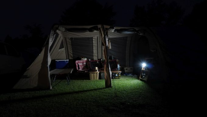 PhewMan500のLEDライトでテントを照らす
