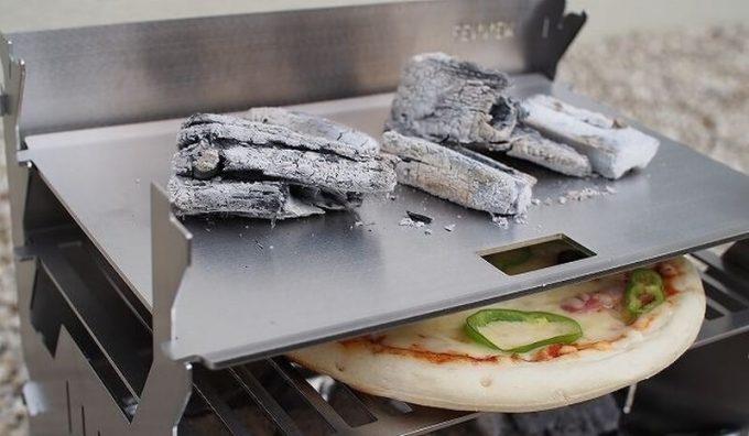 フェネック グリルの鉄板焼用ヘビープレートに炭を置く